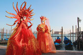 Orange veils masked couple at Venice Carnival — Stock Photo