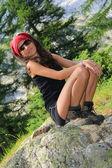 деталь молодая девушка позирует на камне — Стоковое фото