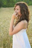 Portrait of a beautiful girl in a wheat field — Stock Photo