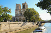 Notre Dame of Paris and tourist boat on the Seine river — Stock Photo