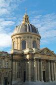 Institut de france, cúpula dorada contra un cielo azul nublado — Foto de Stock