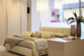 современная спальня с широким окном — Стоковое фото