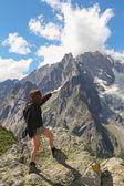 Turysta kobieta pokazuje lodowiec mont blanc — Zdjęcie stockowe