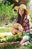 Sorrisi bella giovane giardiniere in una posa relax — Foto Stock