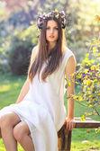 Ninfa di primavera in abito bianco — Foto Stock