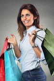 在购物的时候开心的女人微笑 — 图库照片