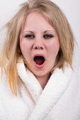Zmęczony ziewanie, młoda kobieta z wiecznie zmierzwioną sierść — Zdjęcie stockowe