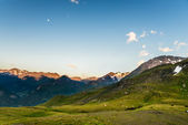 Early morning in the alps with sunlit mountain peaks — Stock Photo