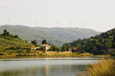 Casa do lago com turbinas de vento — Foto Stock