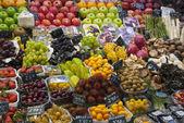 Varioud frutas y verduras en el mercado — Foto de Stock