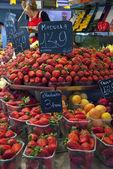 Jahody v trhu — Stock fotografie