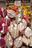 Vendiendo en el mercado de frutas exóticas — Foto de Stock
