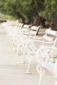 Bancadas brancas num parque — Foto Stock