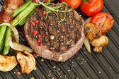 烤蔬菜与牛肉牛排厚 — 图库照片