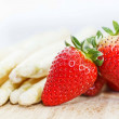 White asparagus and strawberries — Stock Photo #20997819