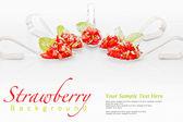 草莓沙拉拌糖和薄荷,送达勺子 — 图库照片
