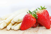 White asparagus and strawberries — Stock Photo