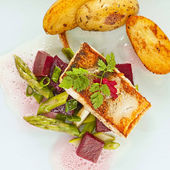 Pikeperch fillet with asparagus beets ragout and potatoes — ストック写真