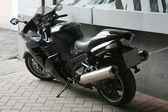 Motocykl zaparkowany na ścianie — Zdjęcie stockowe