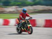 在摩托车上的电单车司机奔 — 图库照片