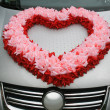 Wedding car with heart from flowers — Stock Photo