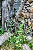 Drewniane koło złamane — Zdjęcie stockowe