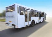 Weißer bus fährt auf der straße — Stockfoto
