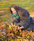 Girl in autumn park — Stock fotografie
