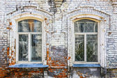 Wall of old brick house with windows — Foto Stock
