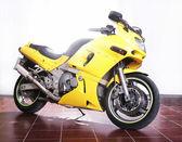 Moto jaune en studio — 图库照片