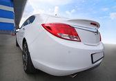 Biały samochód w pobliżu budynku — Zdjęcie stockowe