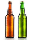 Garrafas de cerveja com a água que cai no fundo branco — Fotografia Stock