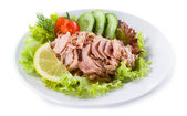 Canned tuna with vegetable salad and lemon — 图库照片