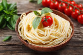 Spaghetti with tomato and basil. Organic food. — Stockfoto