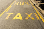 Taxie and bus — Stock Photo