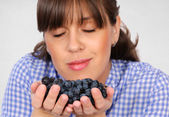 Smelling grapes — Stock Photo