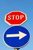 Stop and right — Stockfoto
