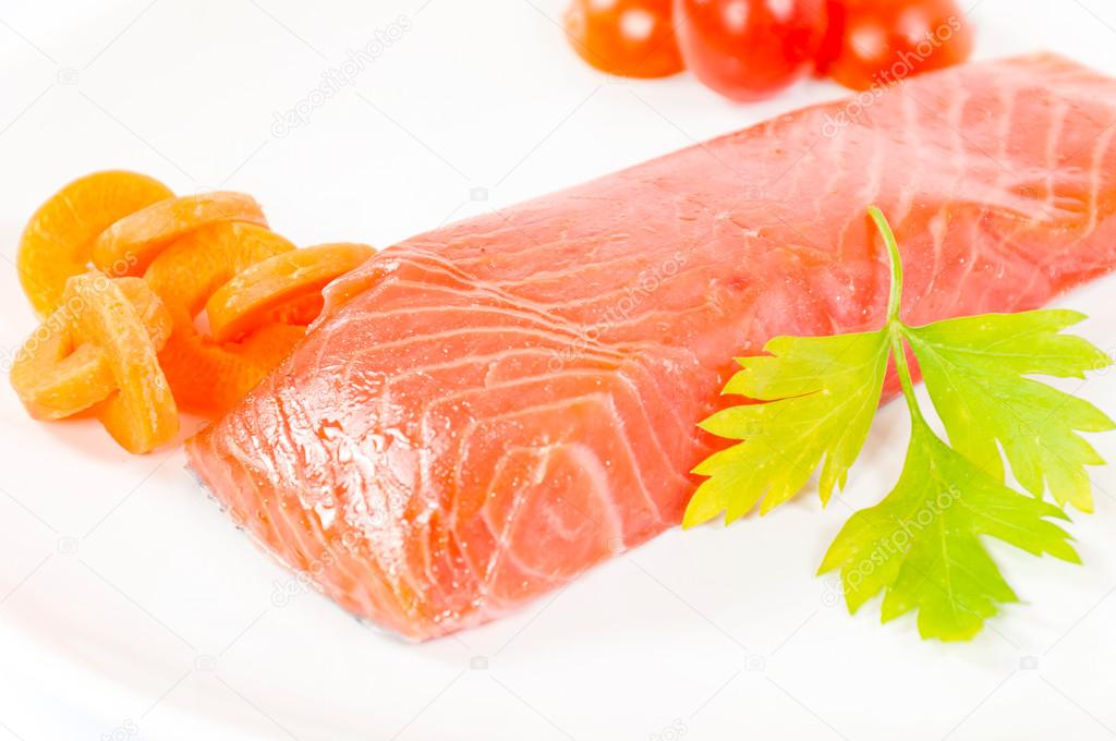 Piece of the raw salmon on the plate — Stock Photo #15698159