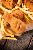 Chicken legs and french fries — Stockfoto