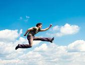 Vliegende man over de cloudscape — Stockfoto