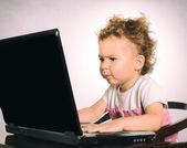 Barn att skriva på den bärbara datorn — Stockfoto