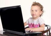 Barn att skriva på laptop — Stockfoto