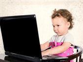Bambino digitando sul computer portatile — Foto Stock