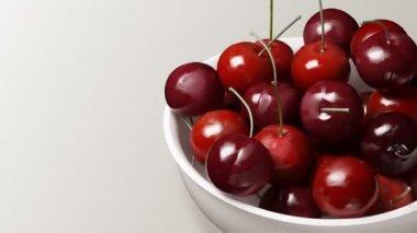 Cherry närbild svart bakgrund — Stockvideo
