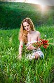 Mladá žena máku trhá květiny — Stock fotografie