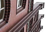 Um bloco de apartamentos de tijolo vermelho — Foto Stock