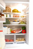 Volledig omhoog koelkast met open deur — Stockfoto