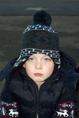 Niño triste afuera en el frío — Foto de Stock