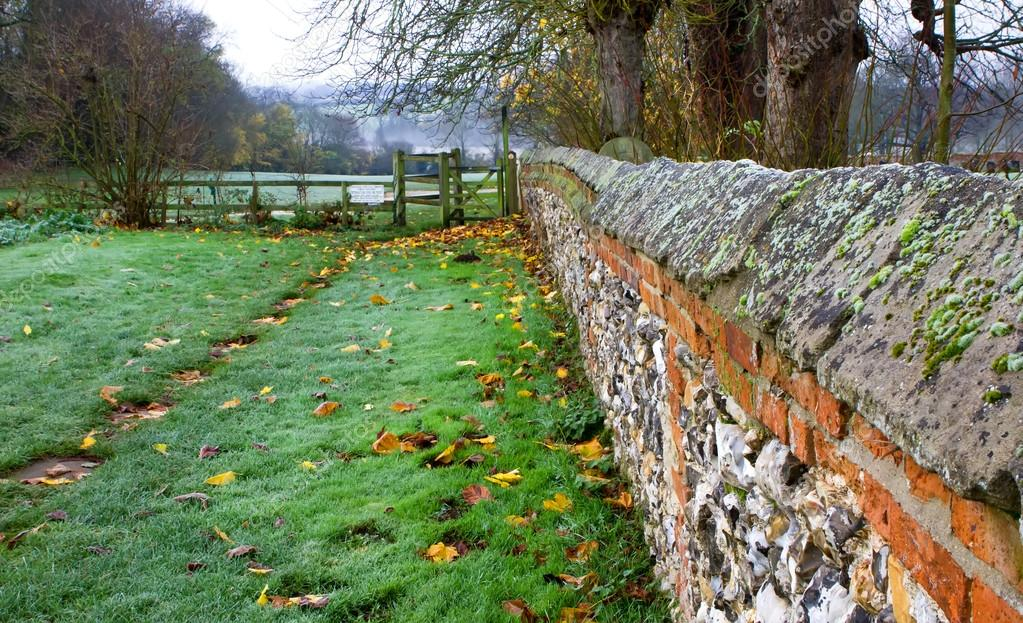 Cobbled wall leading down to fields — Stock Photo #15722317