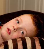 Niño descansando en una almohada antes de acostarse — Foto de Stock